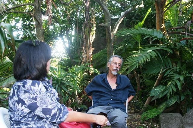 Érika Valencia-Perdomo y Roberto Laínez Díaz en el jardín de Salarrué