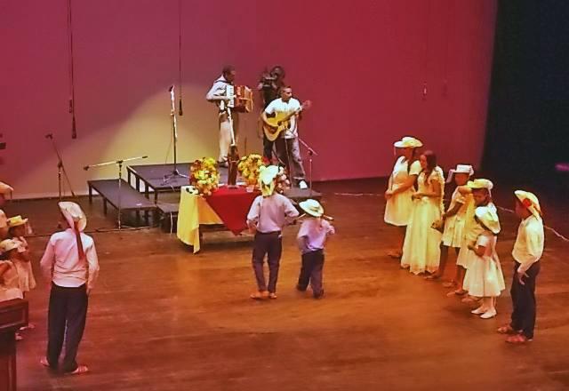 Las Pastoras (aunque también intervienen personajes hombres) en plena actuación.