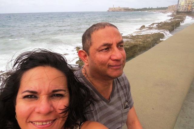 Érika y Óscar en el malecón de La Habana